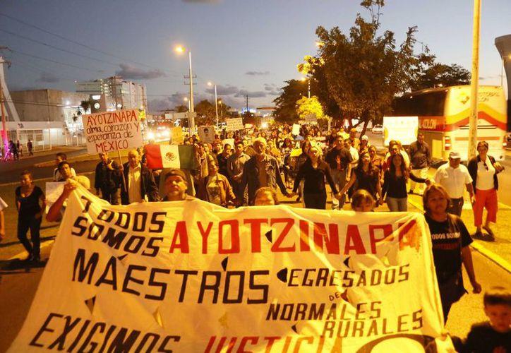 Cientos de cancunenses salieron a las calles para pedir la aparición de los 43 normalistas. (Israel Leal/SIPSE)