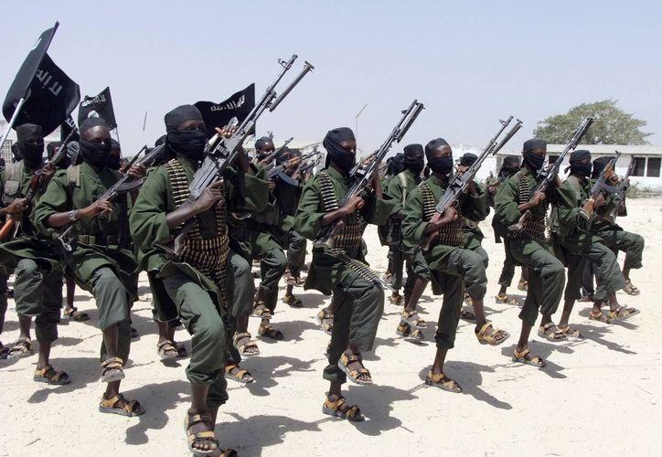 Cientos de extremistas islámicos de al-Shabab realizan ejercicios militares en Mogadiscio, capital de Somalia. (Foto: AP)