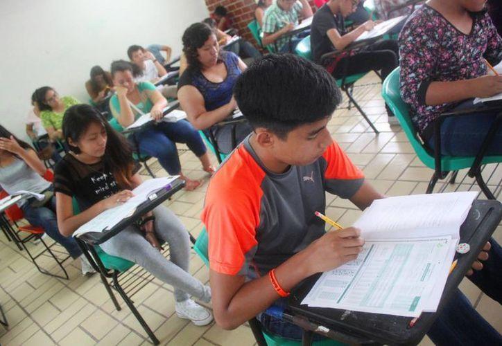 Los jóvenes acudieron a las instalaciones del plantel en Playa del Carmen para presentar la evaluación. (Daniel Pacheco/SIPSE)
