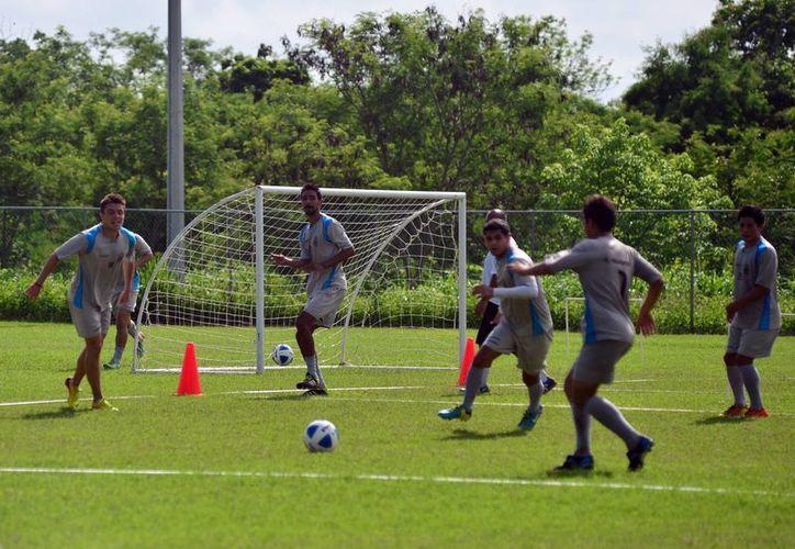 El CF Mérida durante un ensayo en las Instalaciones de la Unidad Deportiva Tamanché. (Milenio Novedades)