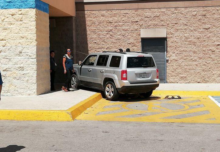 La joven conductora perdió el control de su vehículo, subiéndose a la guarnición del supermercado. (Foto: Redacción/SIPSE)