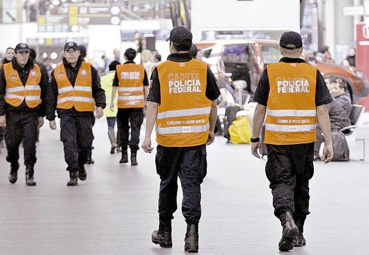 135 uniformados de la nueva corporación están en la terminal aérea de la Ciudad de México para orientar a los pasajeros. (Milenio Novedades)