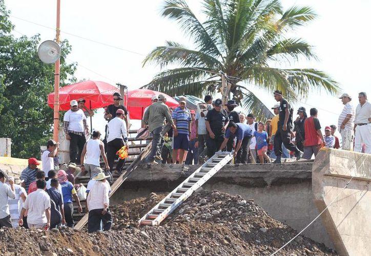 Los pobladores improvisaron un  área para el descenso de la aeronave. (Notimex/Archivo)