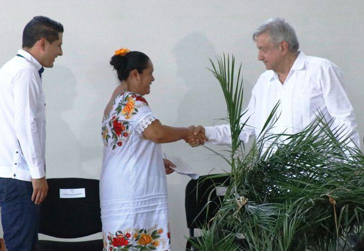 """La comisaria María de la Cruz Avilés Buenfil entregó a AMLO un documento denominado """"Planteamientos regionales"""". (José Acosta)"""