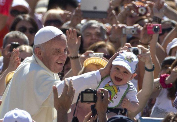 El Papa dijo que una infancia serena permite a los niños mirar con confianza hacia la vida y el futuro. (Agencias)
