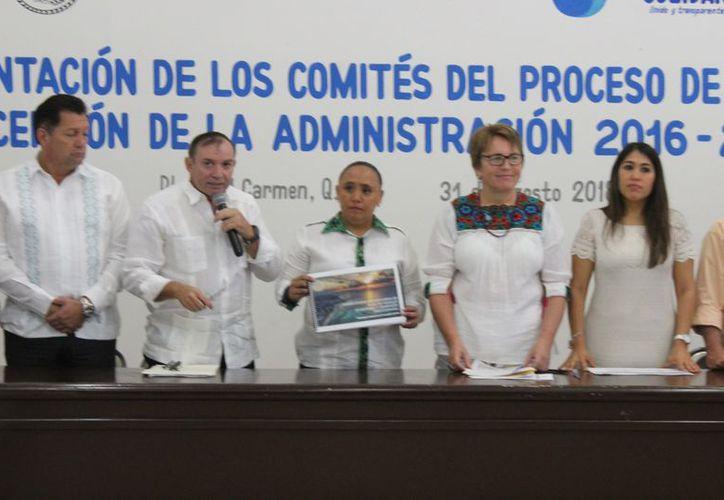 Las autoridades durante la presentación de los equipos de transición. (Adrián Barreto/SIPSE)