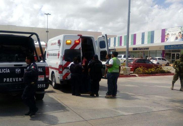 Paramédicos de la Cruz Roja acudieron para atender al lesionado. (Eric Galindo/SIPSE)
