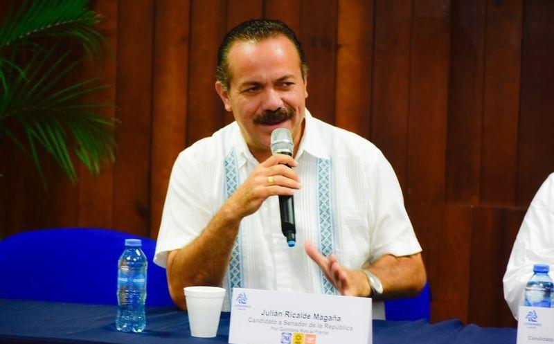El candidato al Senado Julián Ricalde se reunió con alumnos de la Universidad Interamericana para el Desarrollo. (Foto: Redacción)