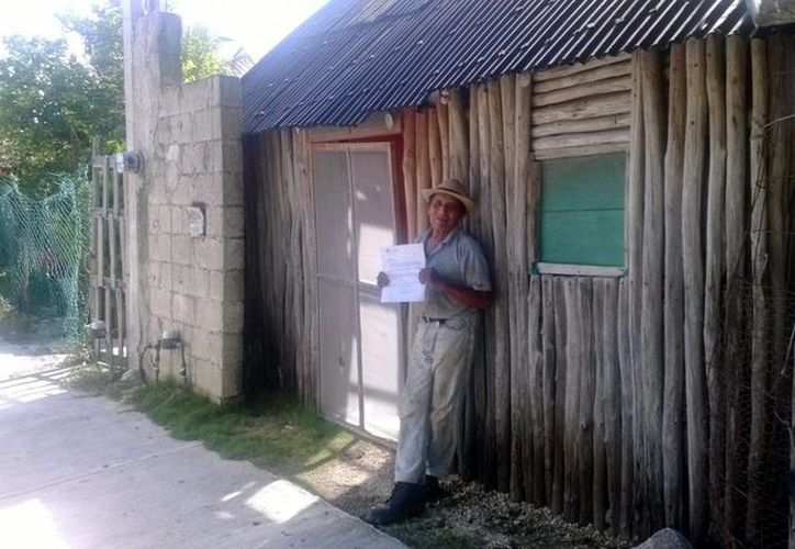 Maclovio Chi May es uno de los 70 habitantes de la colonia Colosio que ha recibido exhortos de pago de parte de la Desarrolladora de la Riviera Maya.  (Adrián Monroy/SIPSE)
