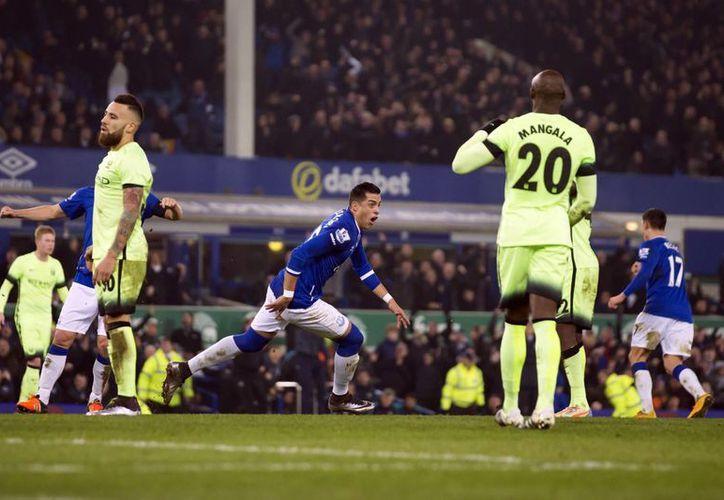 Ramiro Funes Mori marcó el gol al minuto 45 con el que el Everton se adelanto al Manchester City, en partido que terminó 2-1 en la  Capital One Cup. (Imágenes de AP)