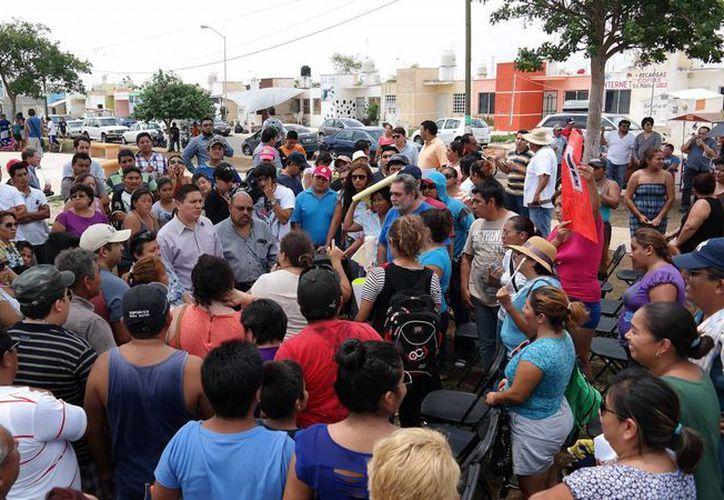 Imagen de la reunión que se realizó entre habitantes de Ciudad Caucel y las autoridades ante los problemas viales que existen en la zona. (Milenio Novedades)