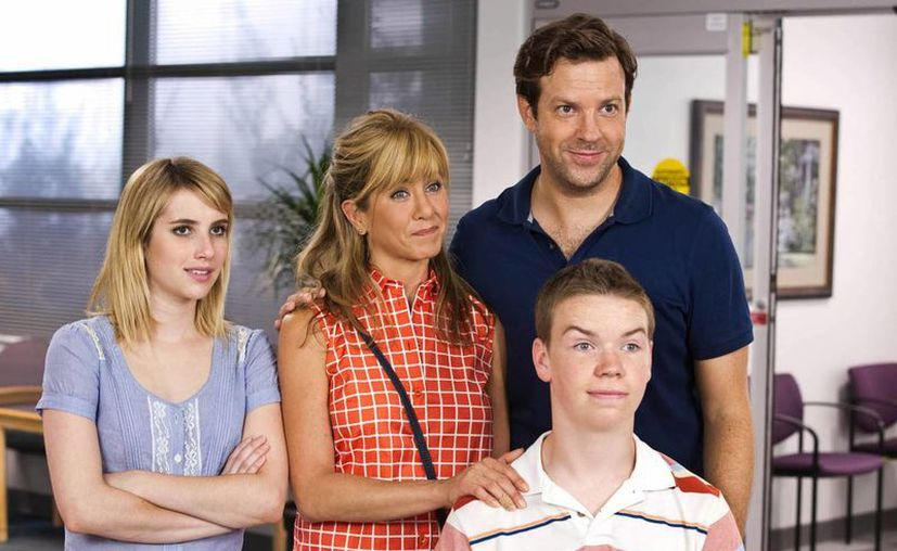 La familia de We're the Millers, integrada por Emma Roberts (i), Jennifer Anistron (c), Jason Sudeikis (d) y al frente Will Poulter. (Agencias)