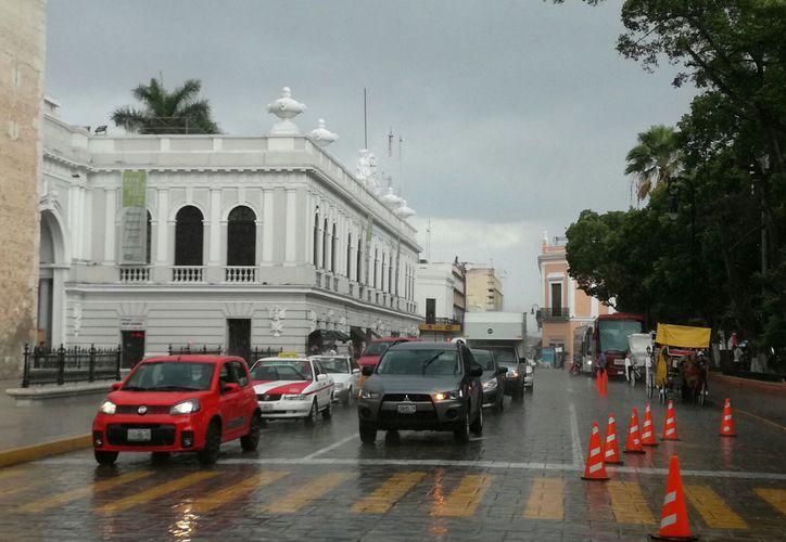 """Lluvias fuertes se dejaron sentir en algunas zonas de Mérida, como en Centro, en donde """"trastocó"""" las actividades del mediodía. (Jorge Acosta/SIPSE)"""