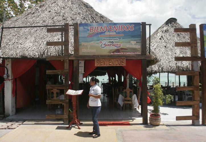 Los trabajadores de restaurantes pagan 500 pesos al año por la tarjeta de salud. (Foto: Eddy Bonilla)