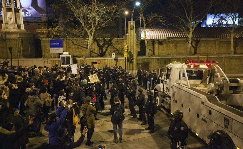 Agentes de policía fueron registrados este miércoles al evitar que un grupo de manifestantes prosiga su marcha a través del túnel Lincoln. (EFE)