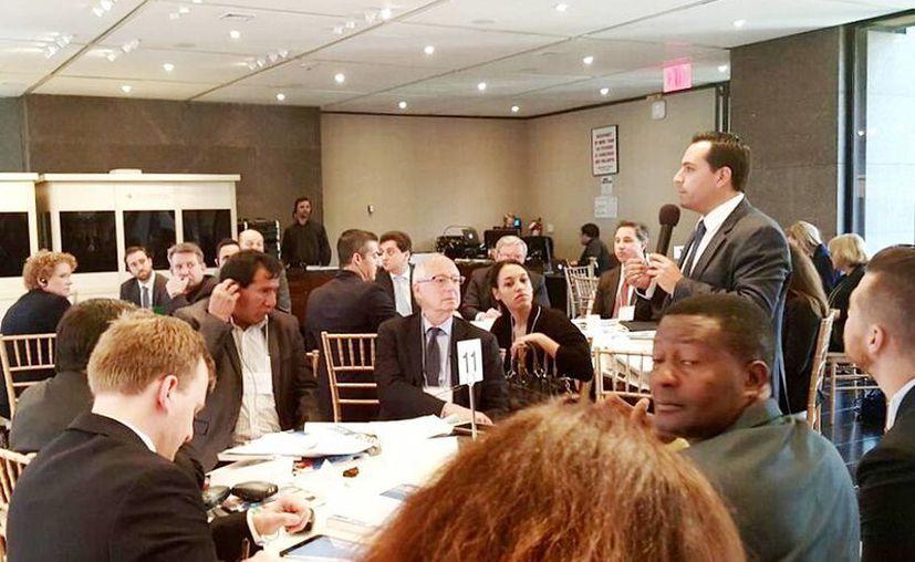 El alcalde Mauricio Vila (de pie) durante su intervención en la Firma de la Propuesta de Nueva York para un Crecimiento Incluyente en las Ciudades. (Fotos cortesía del Ayuntamiento de Mérida)