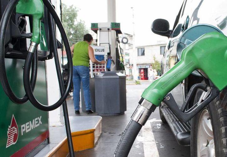 Desde hoy el litro de gasolina Magna cuesta 11.91 pesos, y el la Premium sube a 12.47. (Notimex)