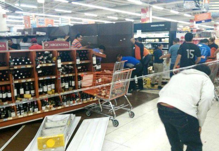 Anaquel de vinos y licores de un supermercado le cae encima a mujer embarazada. (Redacción/SIPSE)
