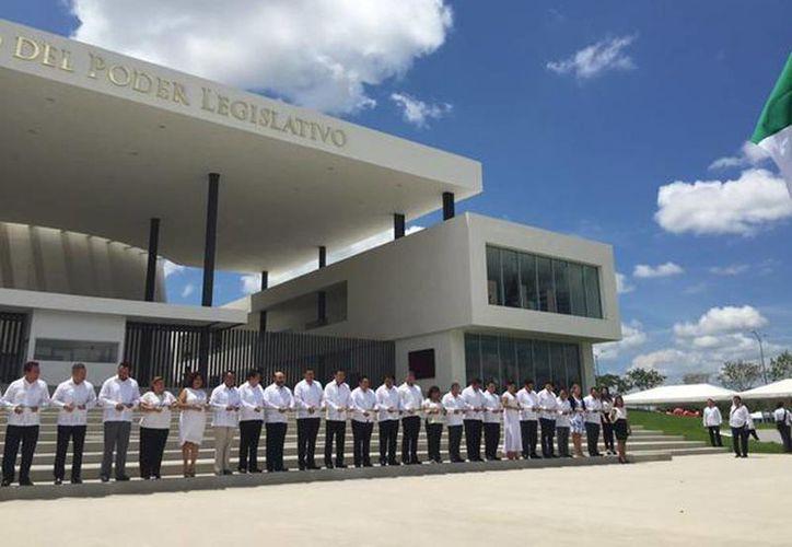 Imagen del momento de la inauguración del nuevo Recinto del Poder Legislativo del Estado. (@LHeviaPRI)