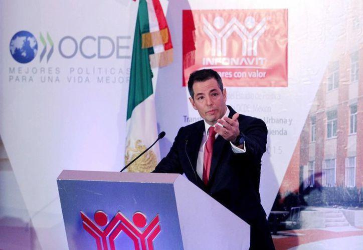 Alejandro Murat, titular del Infonavit, indicó que el programa de cero gastos de escrituración beneficiará a unos 77 mil trabajadores. (Archivo/Notimex)