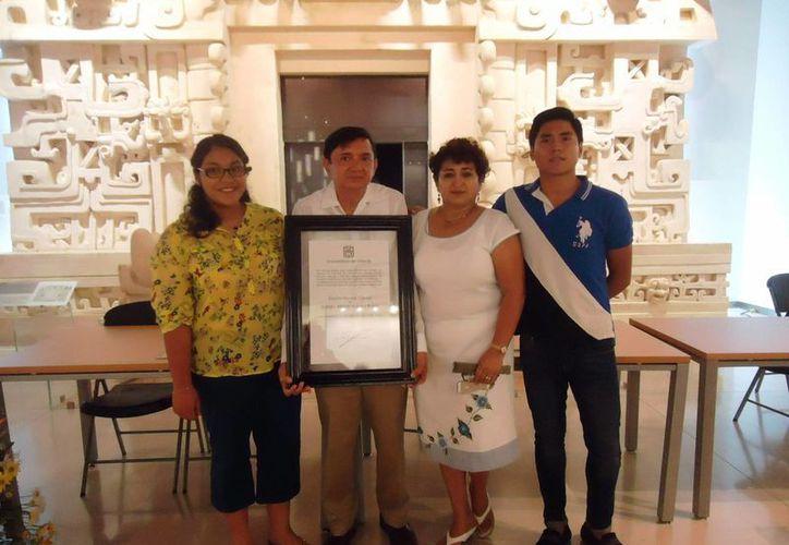 El arqueólogo Alfredo Barrera Rubio con el reconocimiento de Doctorado Honoris Causa por la Universidad de Oriente, en Yucatán. (SIPSE)