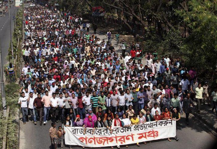 Estudiantes bengalíes marcha para pedir la condena a muerte para Delawar Hossain Sayedi. (EFE)