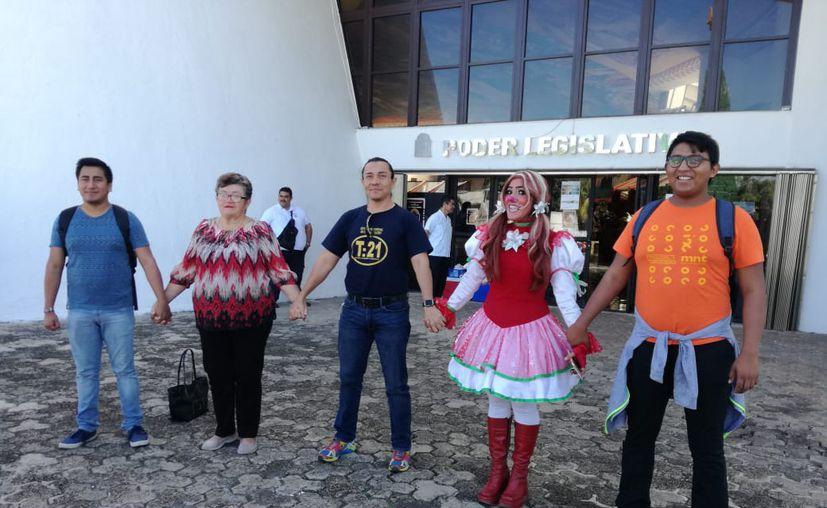 Representantes de la comunidad artística de Chetumal se manifestaron en el Congreso del Estado ante la disminución en el presupuesto destinado a la cultura. (Daniel Tejada/SIPSE)