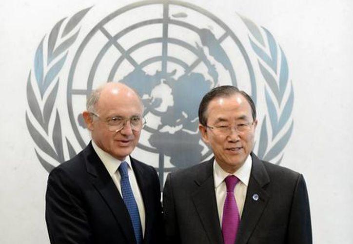 El secretario general de la ONU, Ban Ki-moon (d), posa con el ministro de relaciones exteriores de Argentina, Héctor Marcos Timerman, antes de una reunión en la sede de la ONU en Nueva York. (EFE)