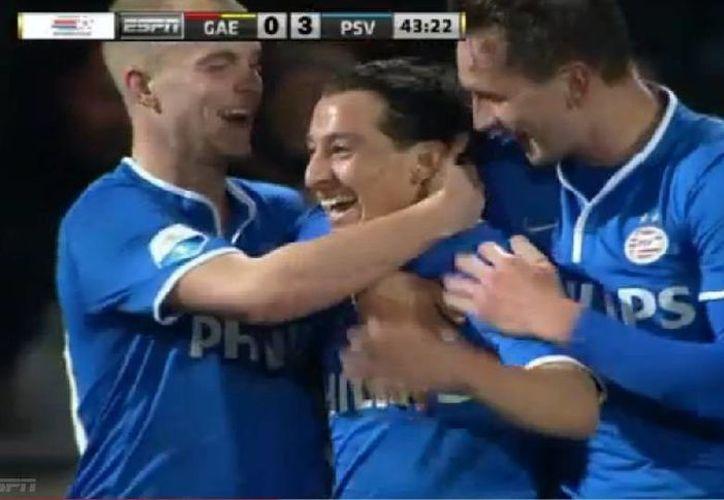 Andrés Guardado es felicitado tras anotar de forma espectacular su primer gol en el futbol de Holanda, con la camisa del PSV. (Captura de pantalla de YouTube)