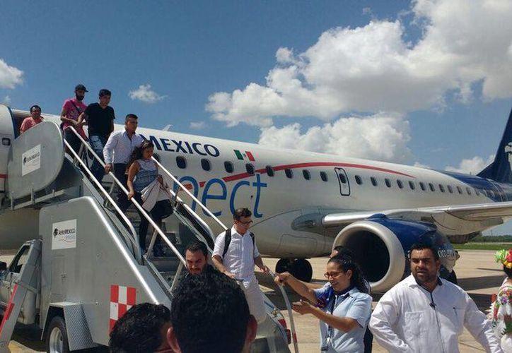 Momento en que llegan los pasajeros del vuelo Monterrey-Mérida- Guadalajara en el aeropuerto internacional de la capital yucateca.  (Candelario Robles/ Milenio Novedades)