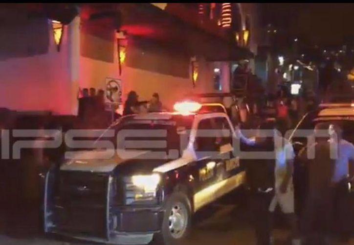 En un video se ve que el agresor entró al bar Blue Parrot para ejecutar a un veracruzano. (Redacción/SIPSE)