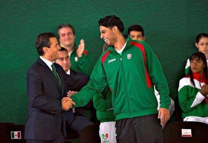 Enrique Peña Nieto y Jorge Gutiérrez, de los Nets de la NBA, quien agradeció la realización de eventos internacionales en el país. (Milenio)