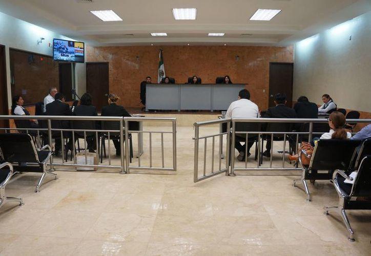 El presidente del Poder Judicial de Yucatán, Marcos Celis Quintal, informó que para el próximo año se requieren cuatro jueces con todo y sus respectivas estructuras. Imagen de una audiencia celebrada en el Centro de Justicia Oral de Mérida (CJOM)(Milenio Novedades)