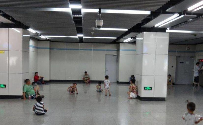 Habitantes de Shanghái buscan el aire acondicionado del metro para huir del calor. (Agencias)