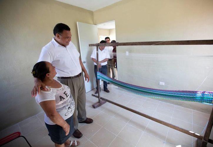 El Programa de Autoproducción incluye 200 acciones de vivienda. Imagen del Gobernador acompañado de una beneficiaria. (Milenio Novedades)