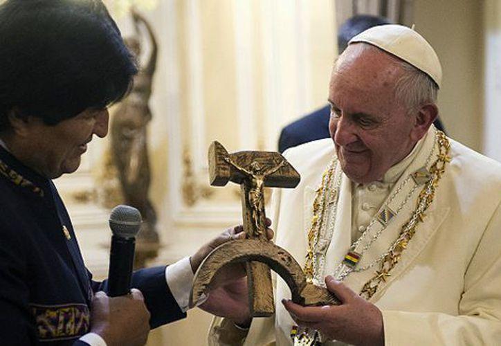 Antes de concluir la visita se tomaron una fotografía del recuerdo y el Papa acompañó a Evo hasta la salida; se despidieron con un abrazo. (Contexto/Internet)