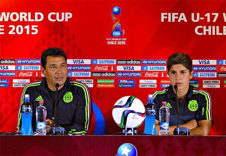 El DT de la Selección Mexicana sub 17, Mario Arteaga, junto al jugador Kevin Lara, en conferencia previa al partido de este miércoles frente a Chile. (Excelsior)