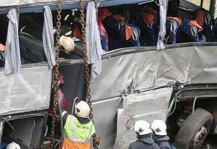 Imágenes del rescate de las víctimas del accidente en China. No se informó de inmediato de las causas de la tragedia. (Agencias)