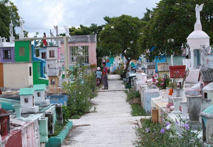 Desde hace algunos días se ha incrementado la afluencia de visitantes a los cementerios de Mérida. Hoy se espera un mayor número. (Jorge Acosta/Milenio Novedades)