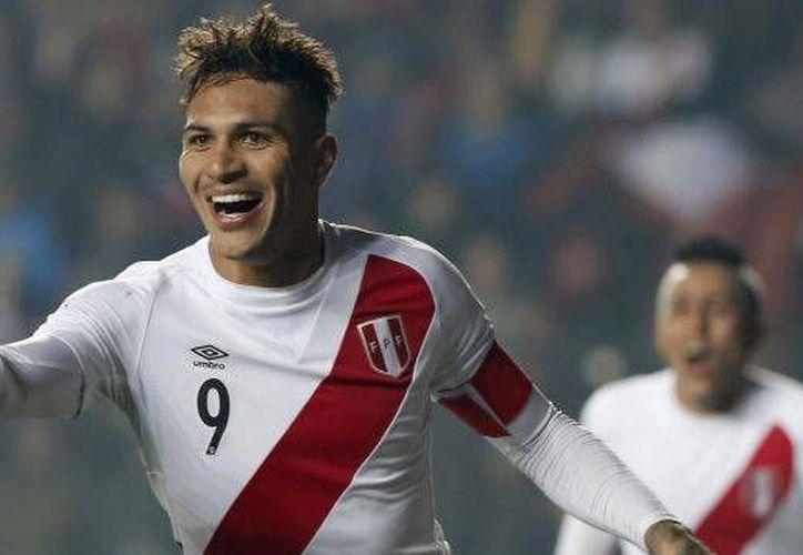 El delantero Paolo Guerrero está a una anotación de ser el máximo artillero peruano, tras su anotación de este martes en la derrota contra Chile, 3-4. (Archivo de AP)