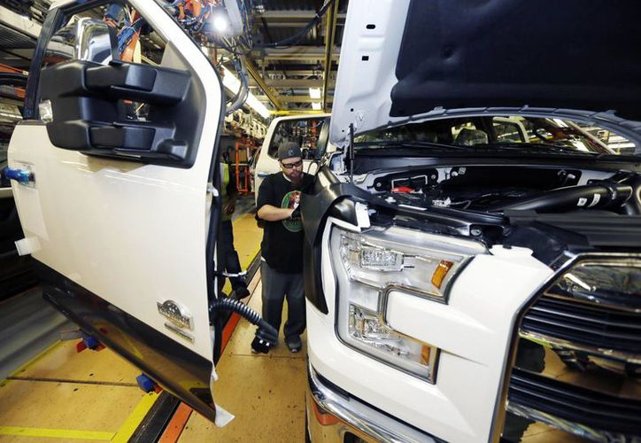 Un obrero trabaja en el ensamblaje de una pickup Ford F-150 en la fabrica en Dearborn, Michigan. Foto tomada el 6 de noviembre del 2014. (Foto AP/Carlos Osorio)