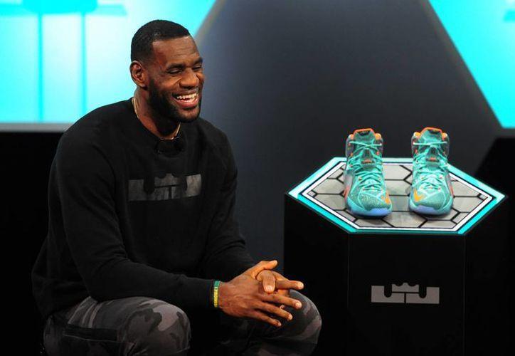 LeBron James habló bien de Balotelli durante la presentación de sus nuevas zapatillas en el Cuartel General de la empresa Nike en Beaverton, Oregon. (Foto: AP)