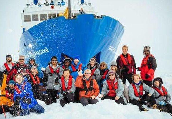 La tripulación del barco MV Akademik Shokalskiy, atrapado en la Antártida. (Milenio/AFP)
