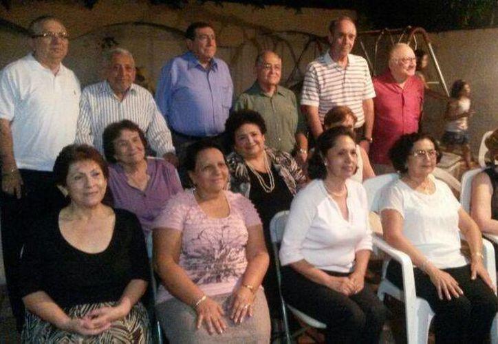 Abuelos que participaron en el primer taller 'La historia de mi vida' de Crehas Mérida. (Cortesía)