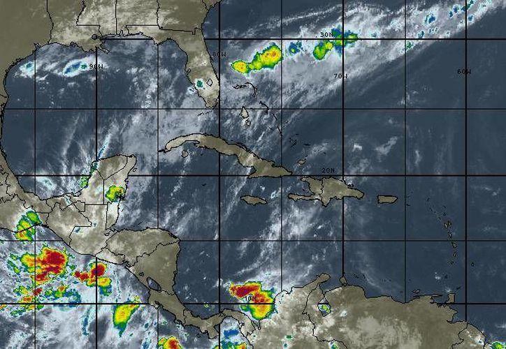Para hoy se espera cielo parcialmente nublado, la probabilidad de lluvias es del 80% en Cancún. (Intellicast)