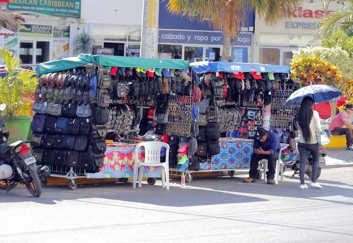 Más de 100 comerciantes ambulantes han sido detectados en la Quinta Avenida. (Octavio Martínez/SIPSE)