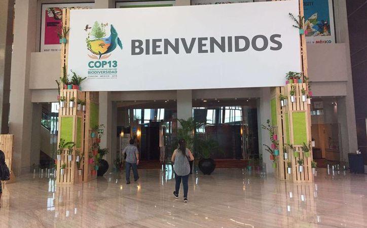 El Centro de Convenciones da la bienvenida a los participantes a la COP13. (Israel Leal/SIPSE)