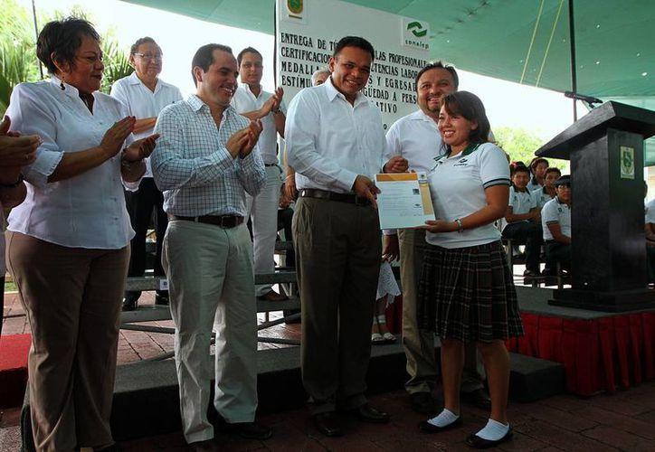 El gobernador del Estado, Rolando Zapata Bello, entregó ayer 761 títulos y cédulas profesionales. (Milenio Novedades)