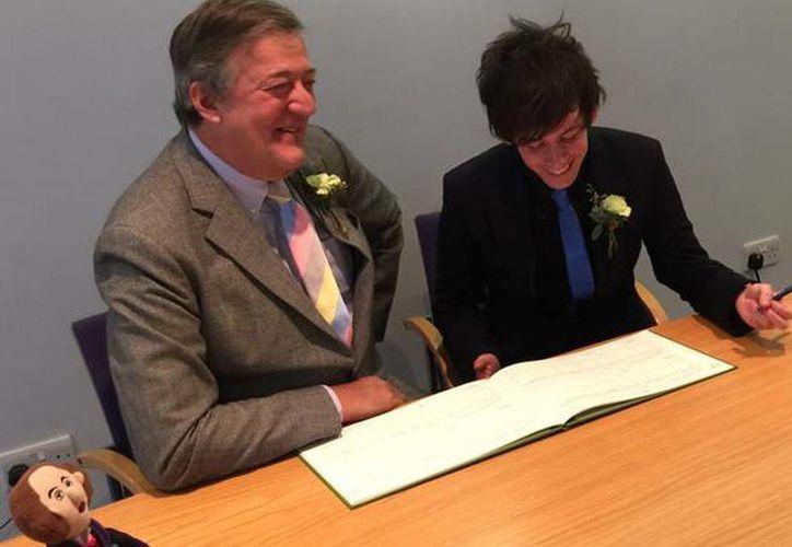 Stephen Fry y Elliot Spencer al momento de firmar su matrimonio civil en Inglaterra. (@stephenfry)