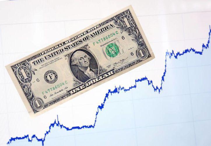 Hoy en bancos de la Ciudad de México, el dólar se ofrece en un precio máximo de 17.34 pesos, 9 centavos más respecto al cierre de la jornada previa y se adquiere en un mínimo de 16.59 pesos. (Notimex)